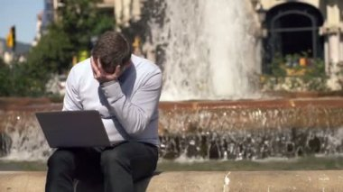 Businessman reading bad news on laptop — Stock Video