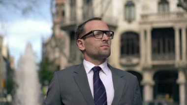 Businessman looking up in the city — Vídeo stock