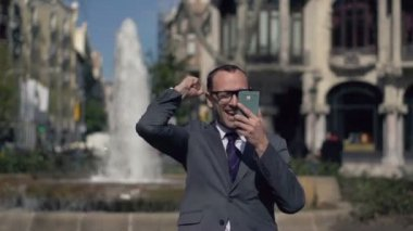 Successful businessman gets great news on smartphone — Stock Video