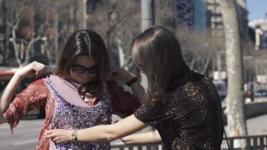 Girlfriends checking clothes in the city, — Stok video
