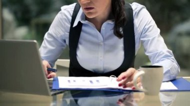 Businesswoman working with documents and laptop in the office — Stock Video