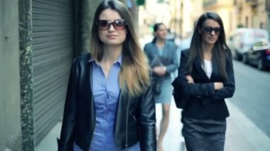 Young business people walking through the city — Video Stock