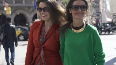 Happy, funny girlfriends in the city — Stock Video
