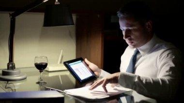Účetní práce s tabletovým počítačem a dokumenty v noci — Stock video