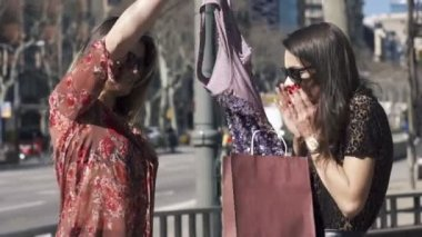 Girlfriends checking clothes in the city, — Stock Video