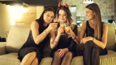 Happy girlfriends raising toast during party at home — Stock Video