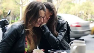 Portrait of two happy beautiful girlfriends in the city — Vídeo de stock