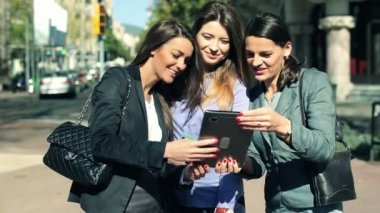Happy attractive businesswomen with tablet computer in the city — Stock Video