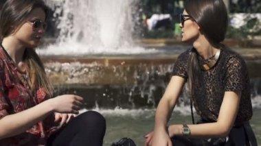 Girlfriends talking, gossip in the city — Stock Video