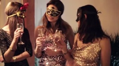 Happy girlfriends chatting during masquerade party — Stock Video