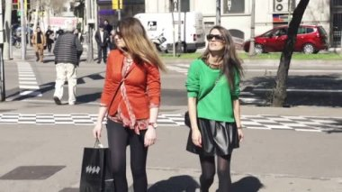 Girlfriends with shopping bags in the city — Stok video