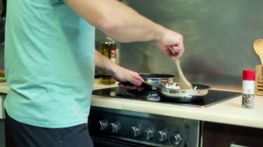 Man mixing and vegetables on frying pan — Stock Video
