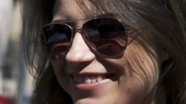 Portrait of young beautiful happy woman in sunglasses — Stock Video