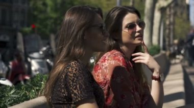 Young pretty girlfriends talking, gossip in the city — Vídeo Stock