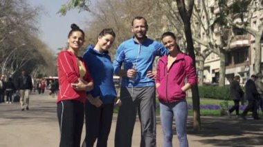 Sporty friends standing in the city — Vídeo de stock