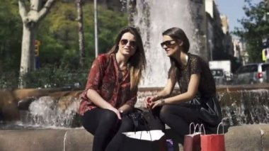 Happy young pretty girlfriends in the city — Stockvideo