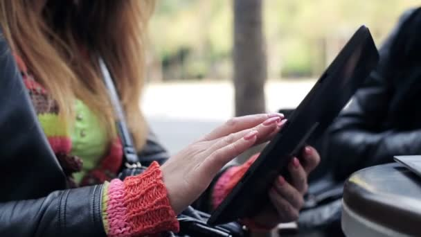 Female hands with tablet computer in the city — Vidéo