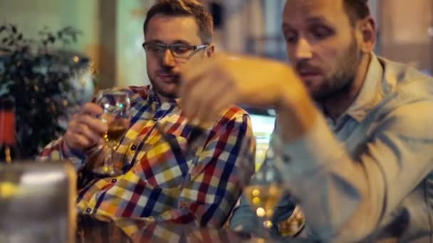 Young man comforting his sad friend in outdoor bar — Vidéo