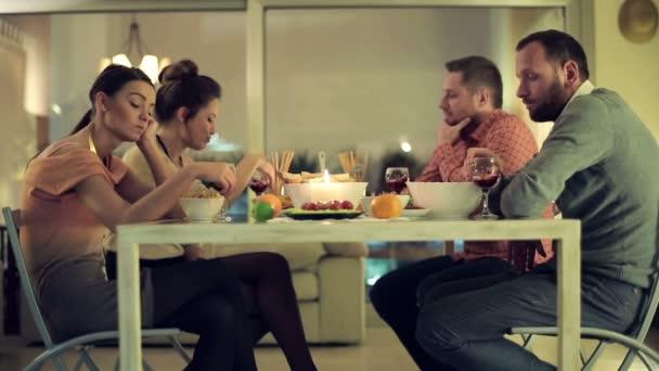 Amigos infelices, aburridos, sentado en la mesa en mala fecha doble — Vídeo de stock