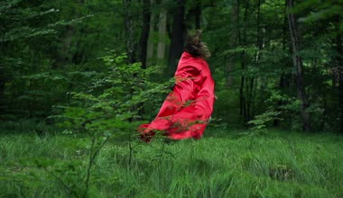 Woman in red cape run in forest — Stock Video
