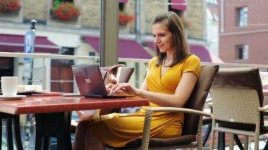 Beautiful elegant woman working on laptop in restaurant — Stock Video
