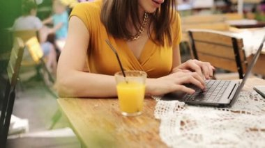 Woman hands typing on laptop by the table in cafe — Vídeo stock