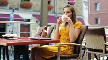 Young elegant woman drinking coffee at restaurant — Stock Video