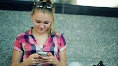 Teenager sending sms on smartphone — Stockvideo