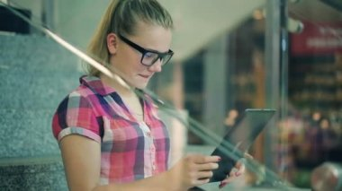 Girl with tablet computer — Stock Video