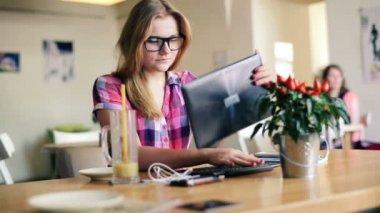 Mädchen mit modernen tablet — Stockvideo