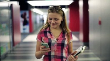 Teenager walking with smartphone in the tunnel — Stok video