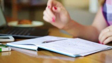 在咖啡厅里做作业的女孩 — 图库视频影像