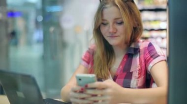 Girl texting on smartphone — Stock Video