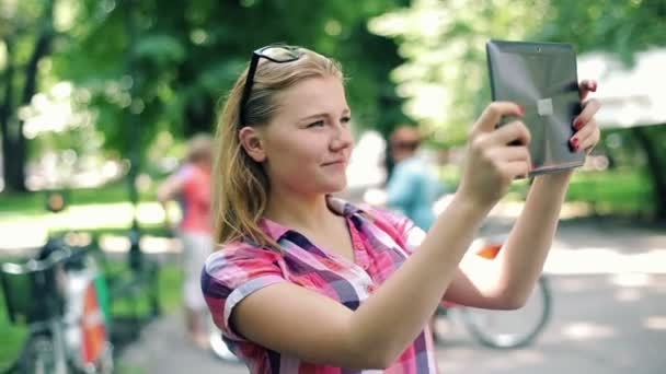 Teenager taking photos with tablet computer — Vidéo