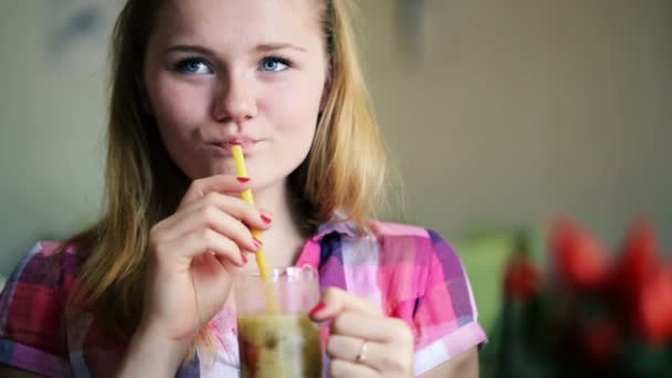 Girl drinking cocktail in cafe — Vídeo de stock