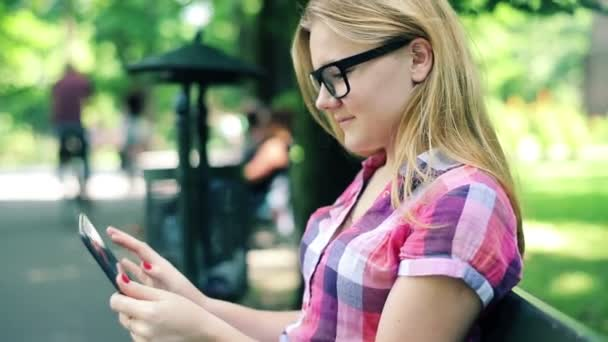 Teenager with tablet computer in park — Vídeo de stock