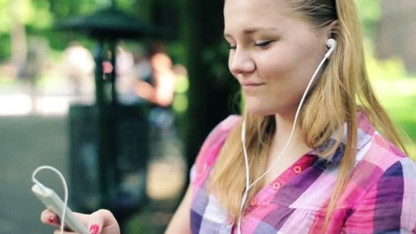 Teenager listen to the music on smartphone — Vídeo de stock