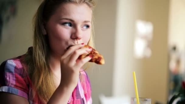 Girl eating tasty croissant in cafe — Vídeo de stock