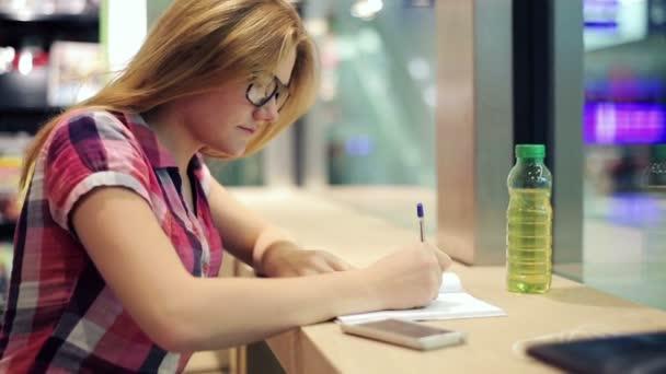 Adolescente haciendo los deberes — Vídeo de stock