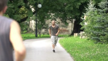 Men jogging in the city park — 图库视频影像