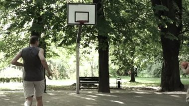 Friends playing basketball — Stock Video
