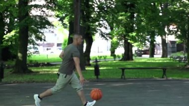 Man playing basketball on court — Stock Video