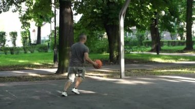Man playing basketball — Stock Video