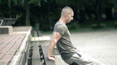 Men exercising in city park — Stock Video