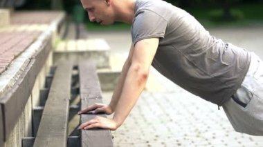 Man doing push-ups — Stock Video