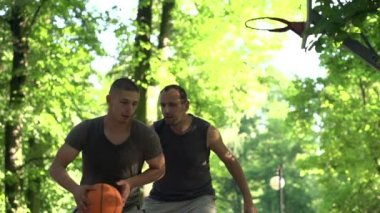 Men playing basketball in court — Stock Video