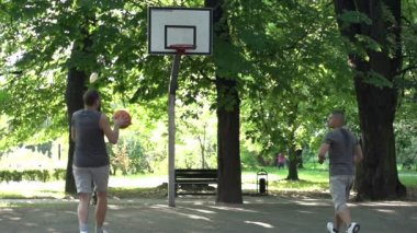 Friends playing basketball together — Stock Video