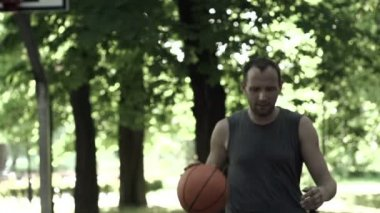 Basketball player on court in park — Stock Video