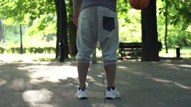 Man bouncing basketball — Stock Video
