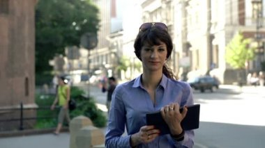 Businesswoman with tablet computer in city — Stock Video